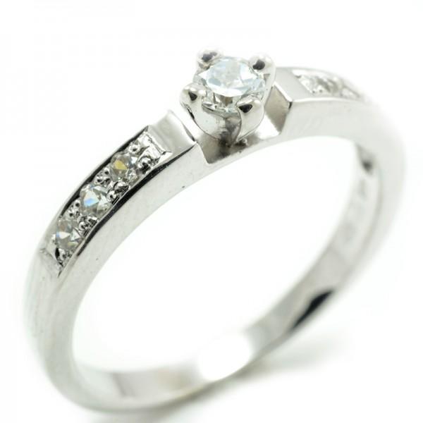 Zásnubný prsteň z bieleho zlata - 6 zirkónov po šíne prsteňa plus jeden centrálny Merry